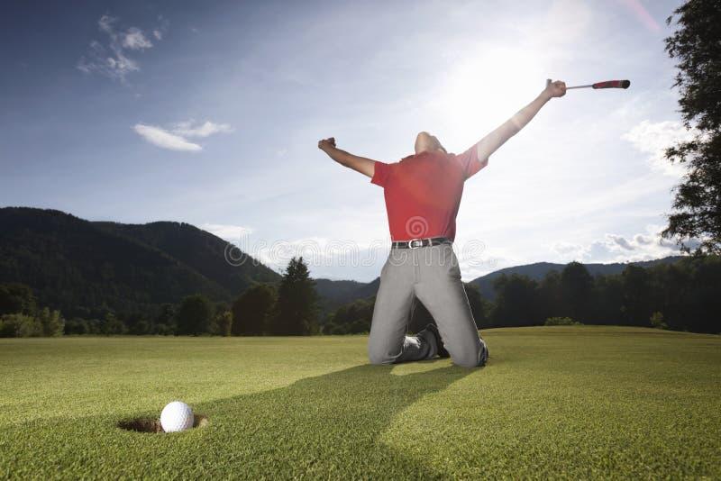 成功高尔夫球绿色的球员 免版税库存图片