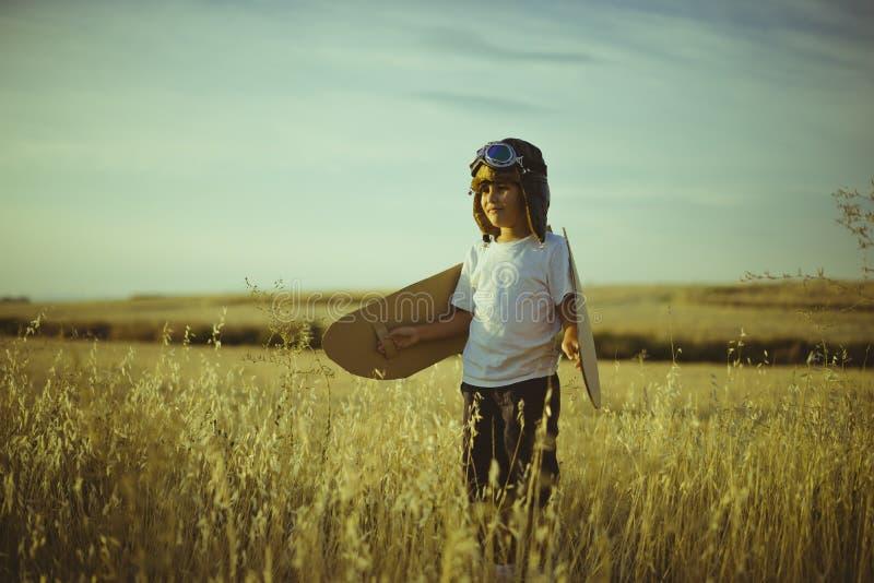 成功,使用的男孩是飞机飞行员,有aviato的滑稽的人 库存照片