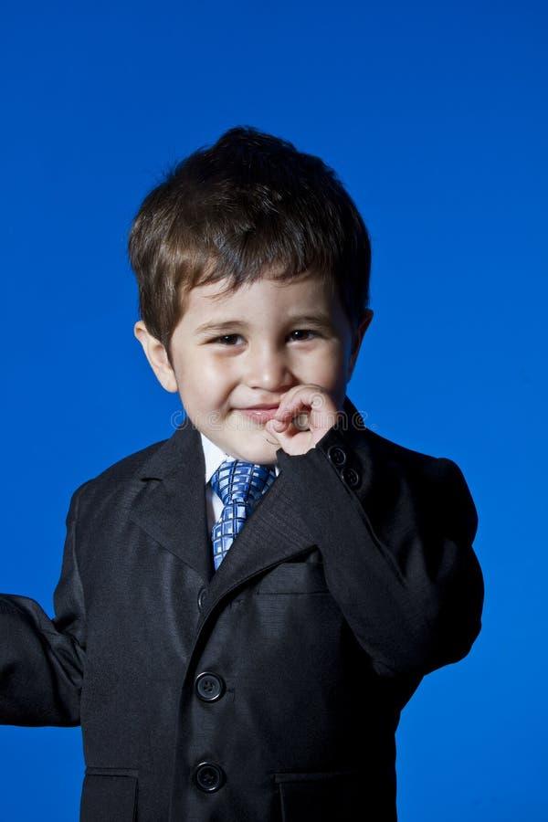成功,惊奇的商人,在bl的逗人喜爱的小男孩画象 库存图片