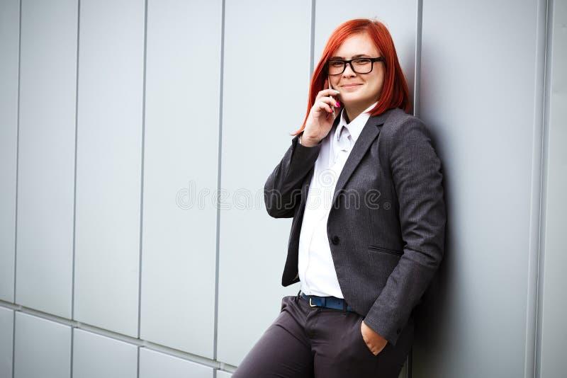成功!胜利!愉快的成功的红发女孩上司, busines 免版税库存照片