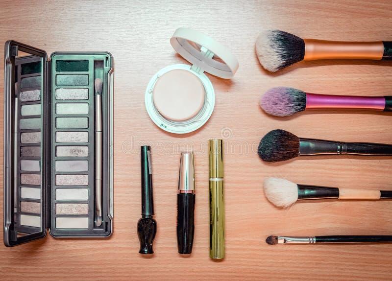 组成化妆刷子产品秀丽时尚在木头 库存照片