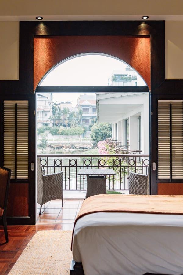 成对床旅馆客房可能采取观点从与装饰的亚洲当代的外面,感到温暖和舒适在河内,越南 免版税库存图片