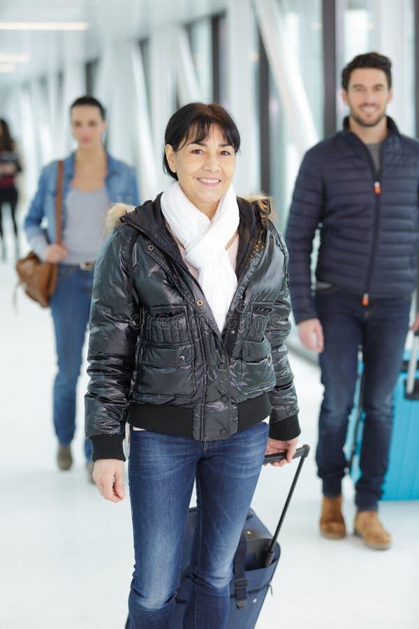 成年女人上机场 免版税库存图片