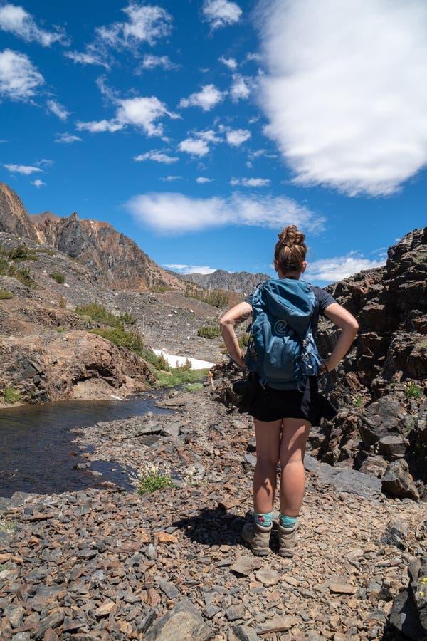 成年女性妇女在20个湖盆地足迹加利福尼亚的徒步旅行者立场 库存照片