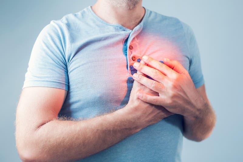 成年男性以心脏病发作或烧心情况,健康和 免版税库存图片
