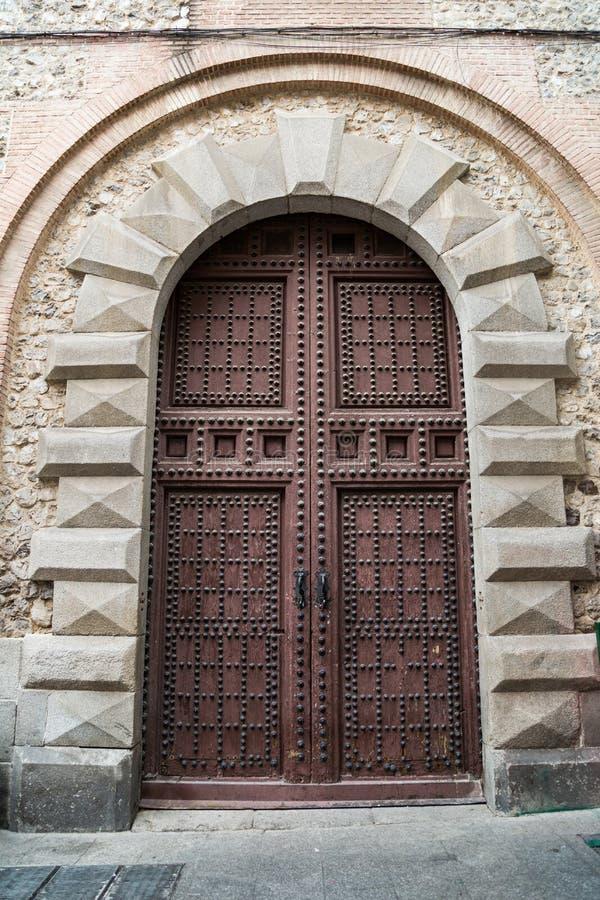 成拱形与在石大厦的门在街道上在马德里 库存图片