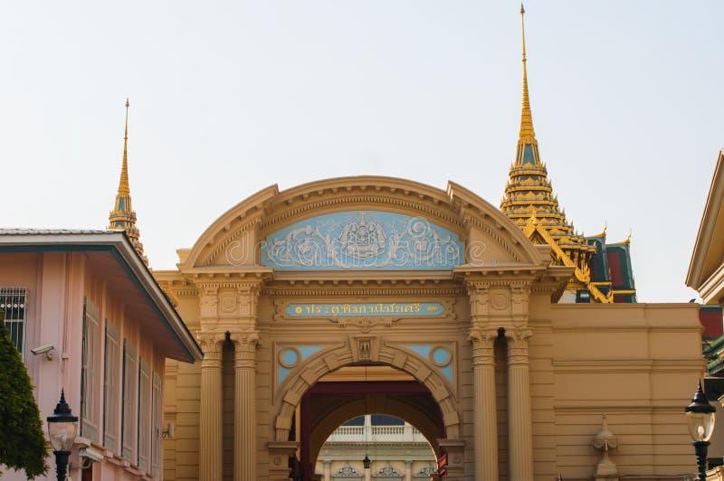 成拱形入口到盛大宫殿,泰国 免版税库存照片