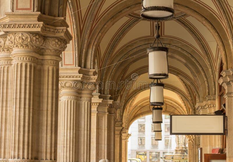 成拱形在街道上的建筑学wien奥地利 免版税库存图片