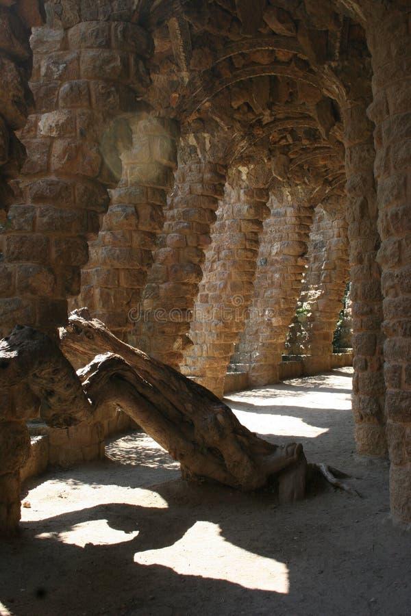 成拱形巴塞罗那列gaudi guell公园路s 库存图片