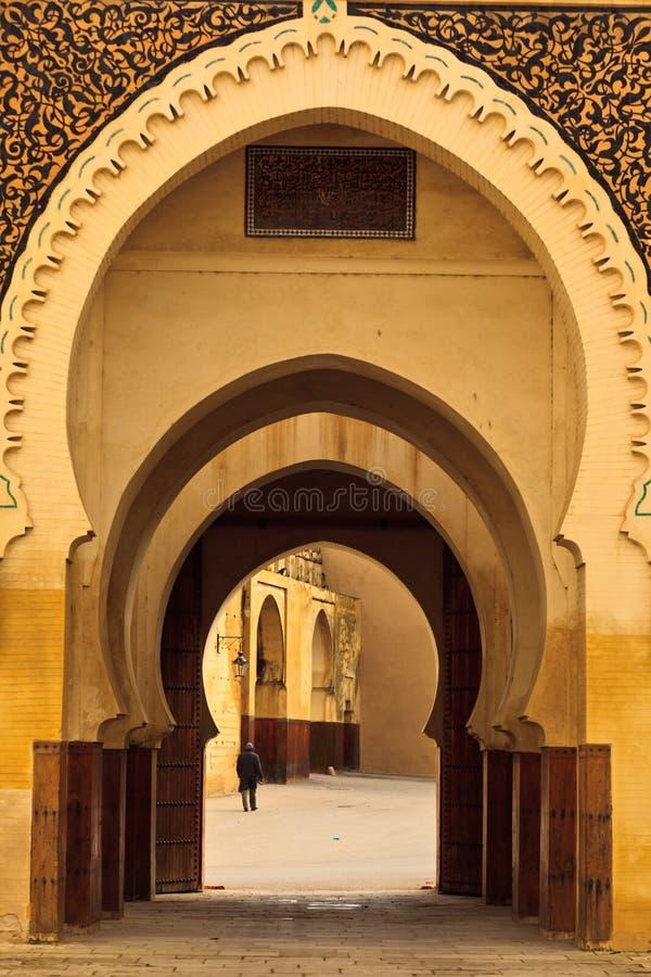 成拱形弯曲菲斯清真寺的庭院 免版税图库摄影
