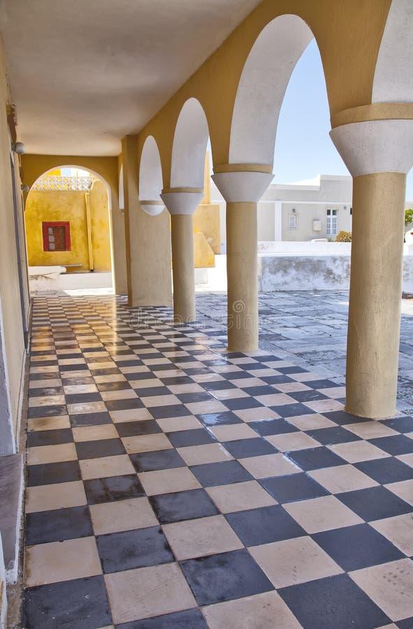 成拱形方格的教会楼层santorini 库存图片