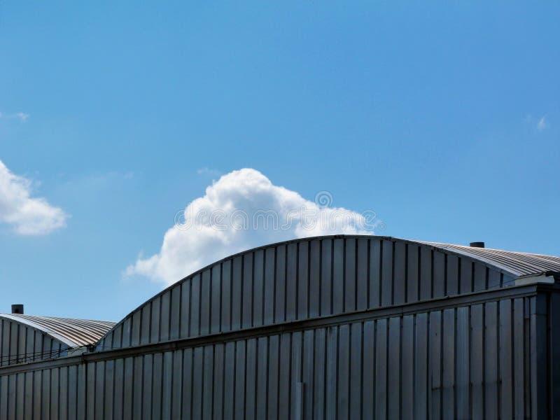 成拱形的波纹状的铝工厂厂房细节 免版税库存照片