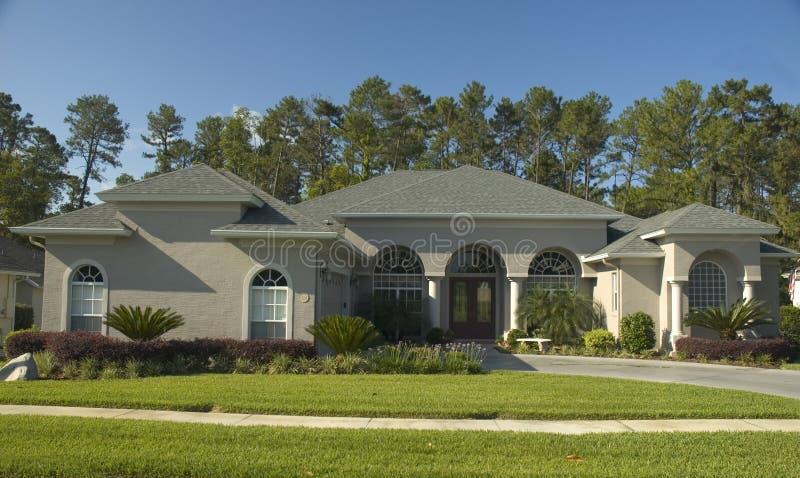 成拱形美好的家 免版税库存照片