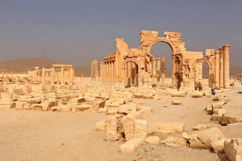 成拱形胜利 扇叶树头榈古城的废墟不久之前战争, 2011年 图库摄影