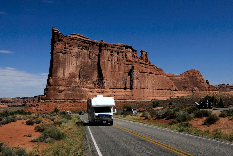 成拱形驱动国家公园rv美国犹他的野营 库存照片