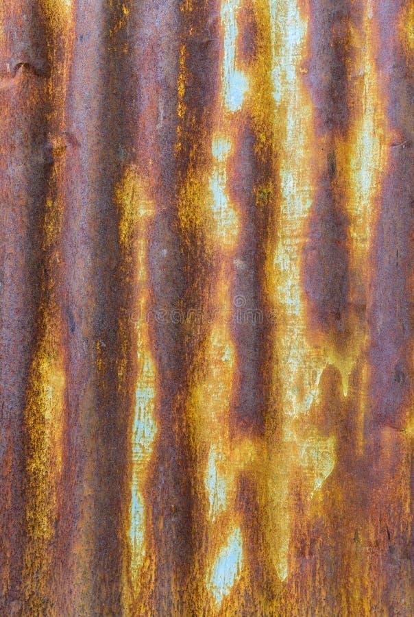 成波状的老锌是生锈的 免版税库存照片