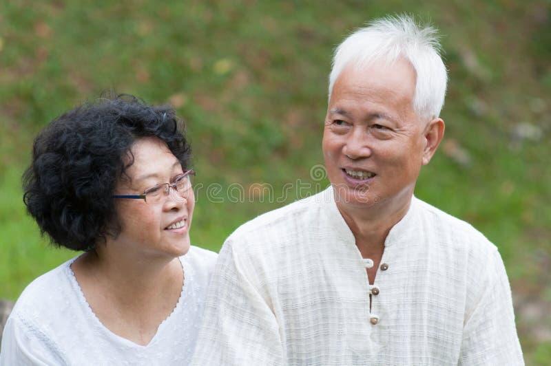 成熟亚洲夫妇室外画象 免版税库存图片