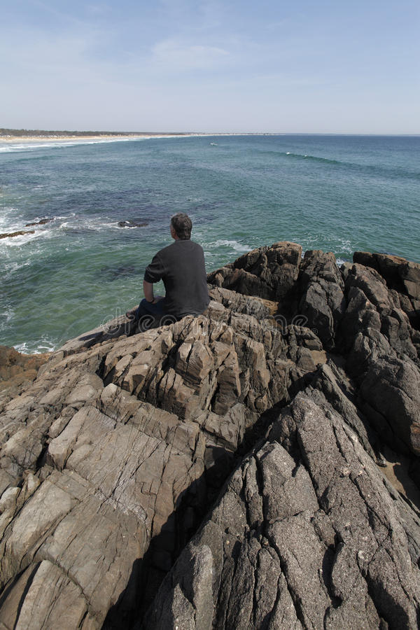 成熟人俯视的海洋和海滩。 库存照片
