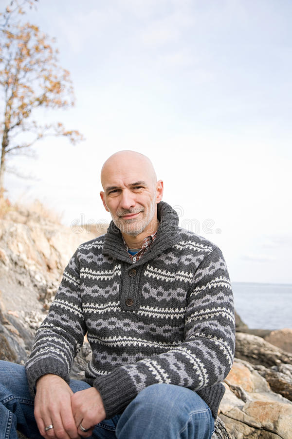 Download 成熟人坐岩石 库存图片. 图片 包括有 退休人员, 全能, 享受, 高涨, 被平衡的, 本质, 海岸, 牛仔裤 - 62534315