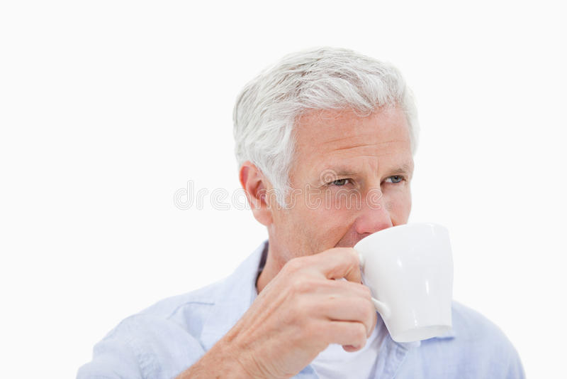 成熟人饮用的咖啡 免版税库存照片