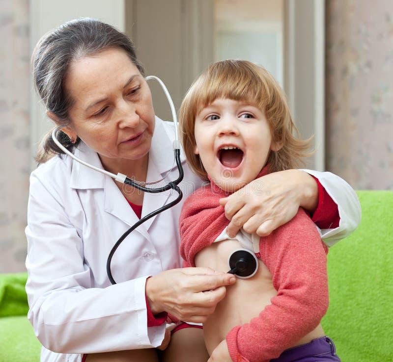 成熟儿科医生医生检查的婴孩 库存图片
