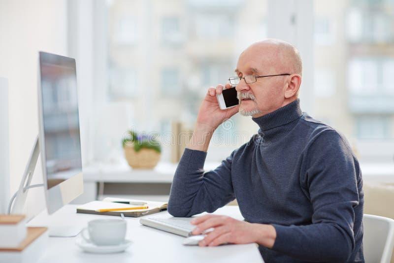 成熟商人在办公室 免版税图库摄影