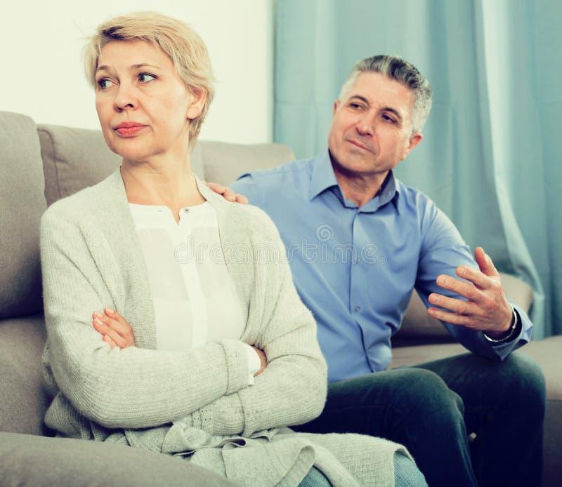 成熟夫妇争吵 免版税库存照片