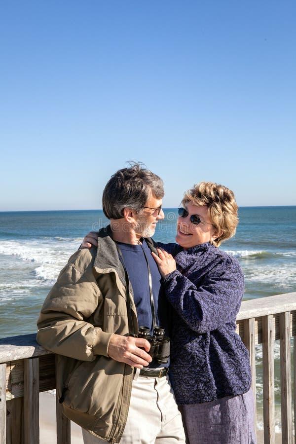 成熟夫妇享受假期和退休在佛罗里达渔码头 免版税库存照片