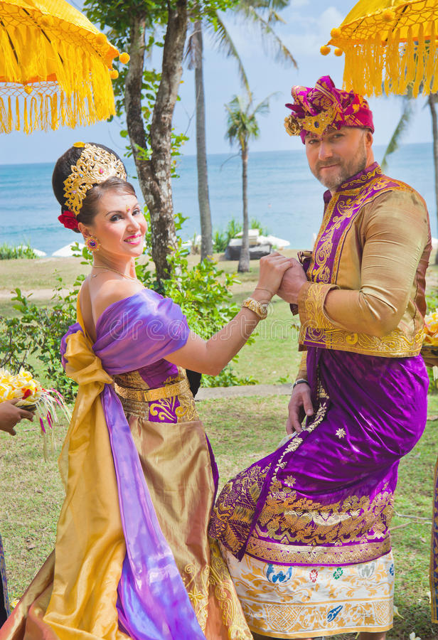 成熟夫妇婚礼在巴厘语服装穿戴了 免版税图库摄影