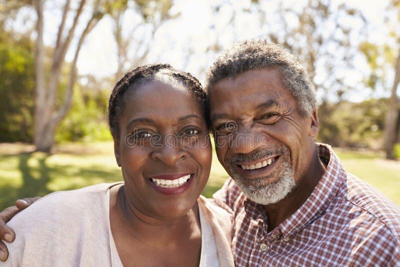 成熟夫妇室外首肩画象在公园 免版税库存图片