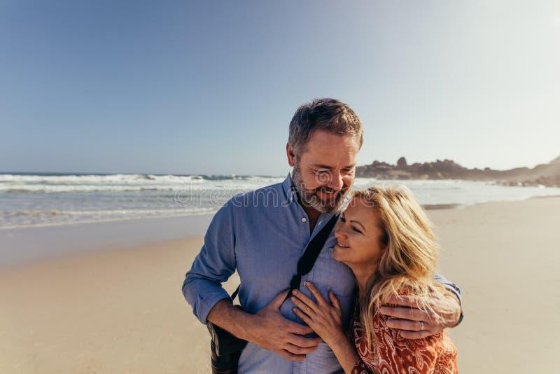 成熟夫妇浪漫海滩假期 免版税库存照片