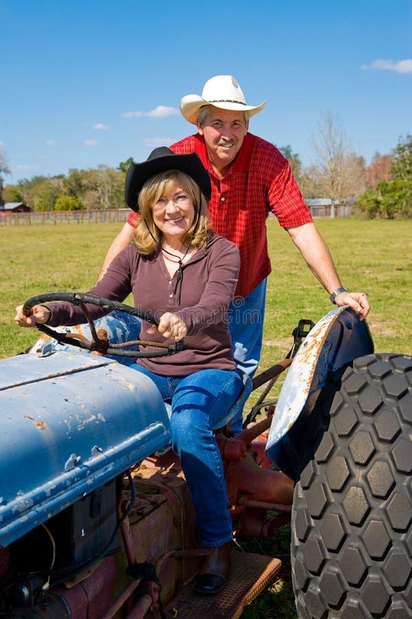 成熟夫妇的农场 免版税库存图片