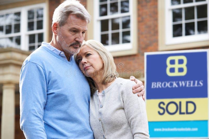 成熟夫妇被迫通过财政问题卖在家 库存图片