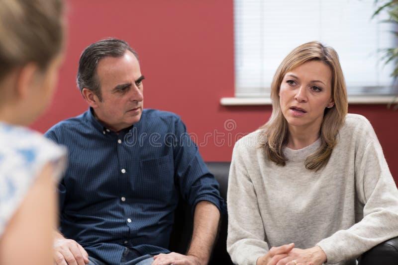 成熟夫妇谈论问题与关系顾问 免版税库存照片