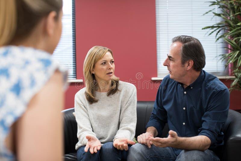 成熟夫妇谈论问题与关系顾问 免版税库存图片