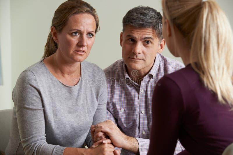 成熟夫妇谈话与顾问 免版税库存照片