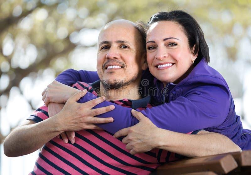 成熟夫妇otdoors画象  库存照片