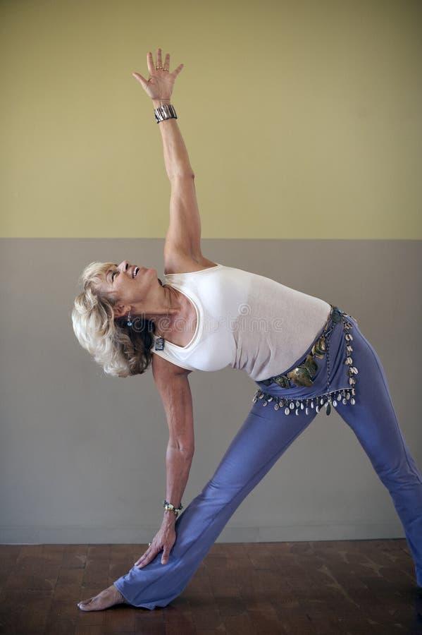 成熟女子瑜伽 免版税库存图片