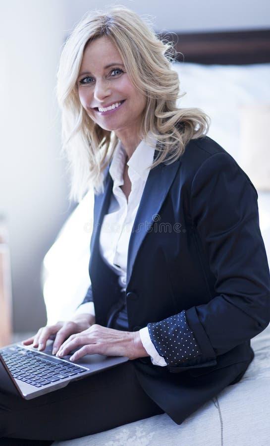 成熟女实业家微笑 库存照片