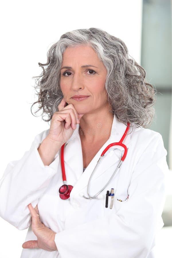 成熟女性医生 免版税库存图片