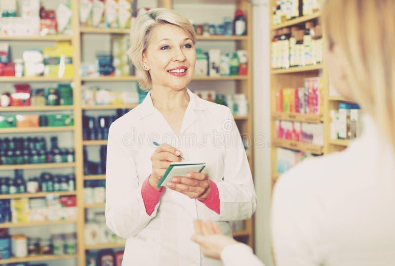 成熟女性卖主建议关心产品对小家伙 库存照片