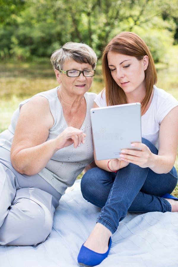 成熟女性和现代技术 库存照片