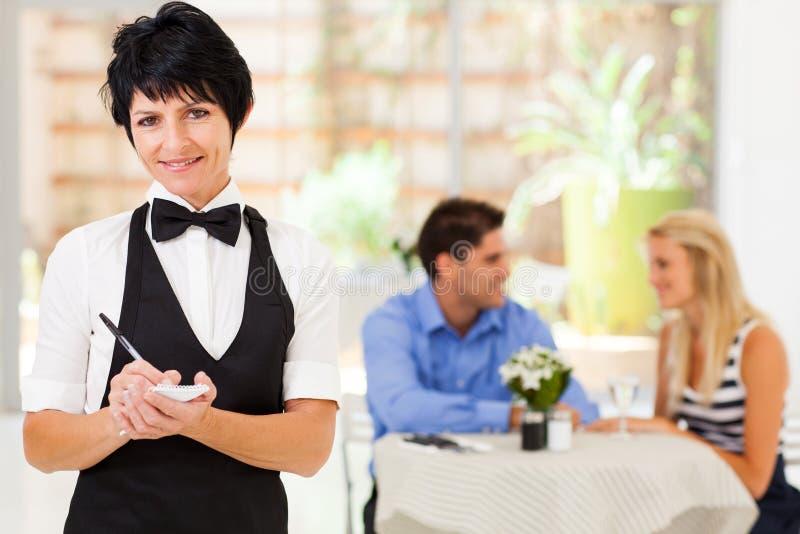 成熟女服务员工作 免版税图库摄影