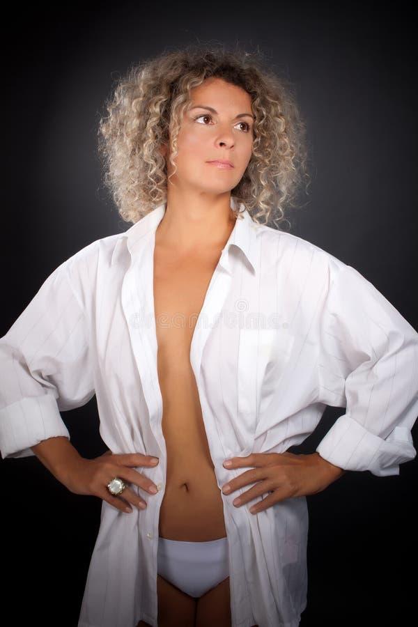 成熟妇女佩带的人衬衣 免版税图库摄影