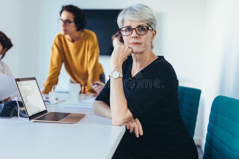 成熟妇女在业务会议 免版税库存照片