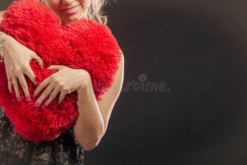 中年女性与少男做爱_穿黑晚礼服的妇女中间年迈的白肤金发的女性拿着大枕头以做爱标志的