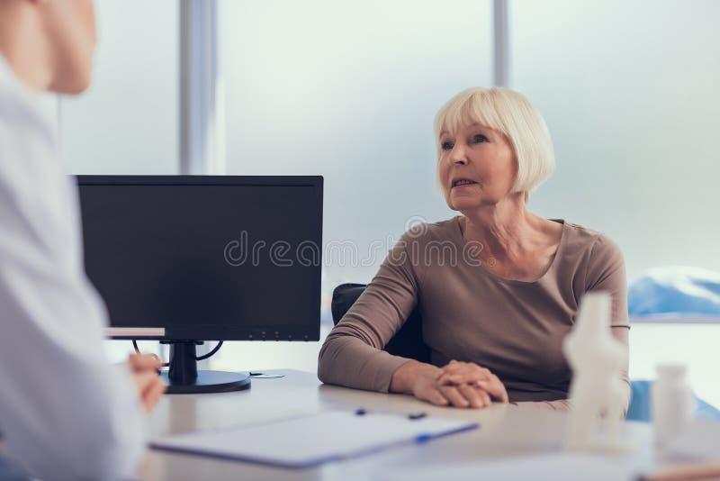 成熟妇女有与医师的任命 库存图片