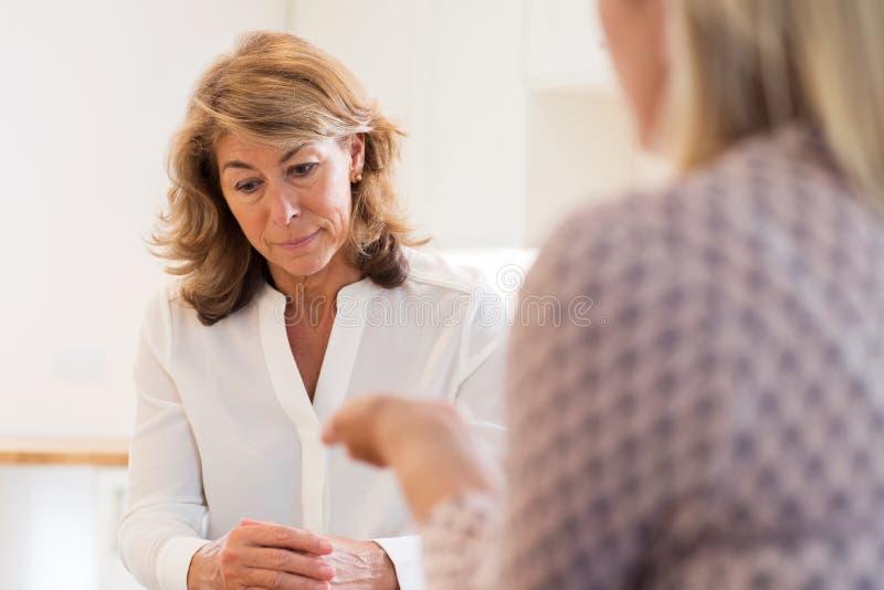 成熟妇女谈论问题与顾问 库存照片