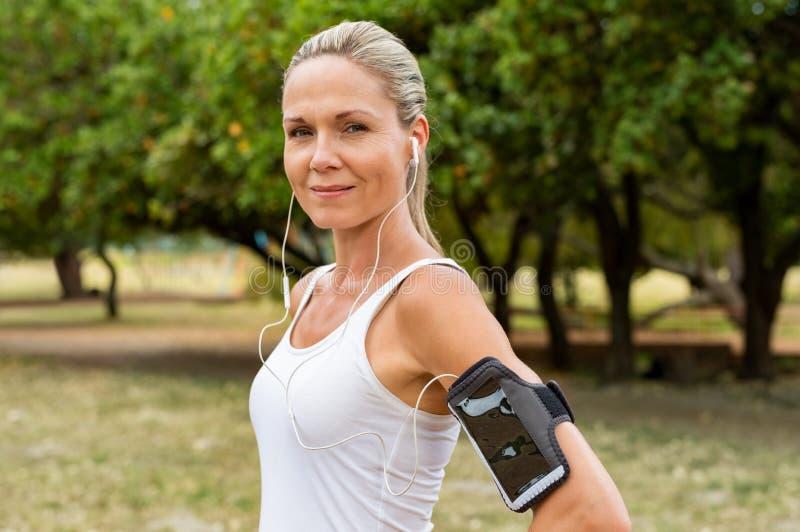 成熟妇女跑步 免版税图库摄影