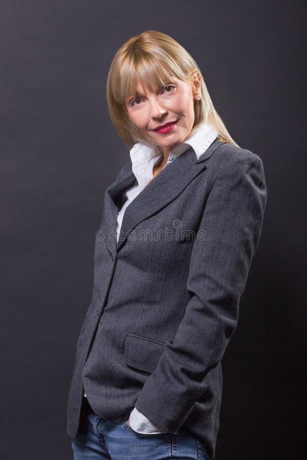 成熟妇女40s黑快乐,看照相机 库存照片